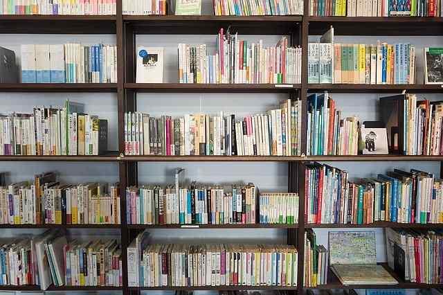 Comment nettoyer les étagères et les livres