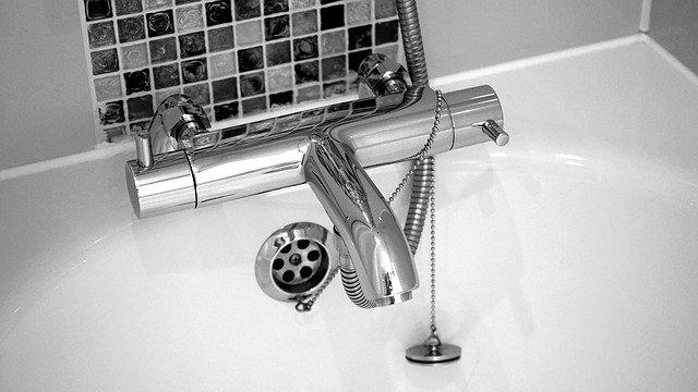 nettoyer les cheveux dans la douche