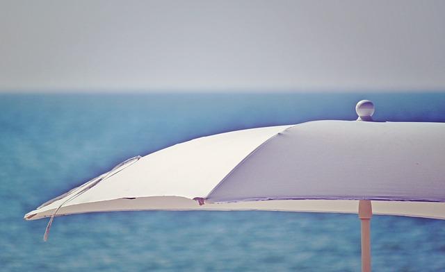Pourquoi acheter un parasol déporté pour cet été ?